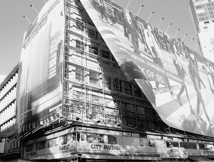 Maxi-Bannerwerbung an eingerüsteten Fassaden dient sowohl der Baustellenoptik als auch dem Schutz vor Baustellenstaub u. a.
